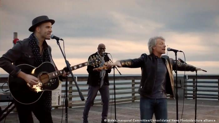جان بون جووی (راست)، خواننده مشهور راک که منتقدان سیاستهای دونالد ترامپ، رئیس جمهوری آمریکا بود نیز به همراه گروهاش در مراسم تحلیف جو بایدن ترانه اجرا کرد.
