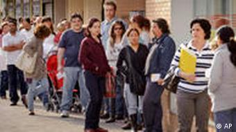Junge Spanier stehen vor einem Arbeitsamt Schlange (Foto: AP)