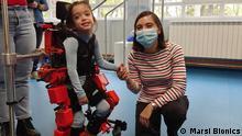 Marie André Destarac und das Unternehmen, für das die einzige Doktorin in Robotika in Guatemala jetzt in Madrid arbeitet (Marsi Bionics). Die Bilder zeigen sie mit ihrem Robot und dem Kind, dem geholfen wurde.