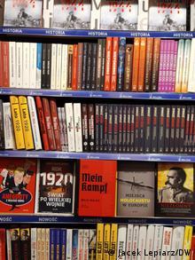 Die polnische kritische Ausgabe von Mein Kampf zwischen steht anderen Titeln in der Buchhandlung Świat książki (Welt des Buches) in der polnischen Hauptstadt Warschau am 20.Januar 2021