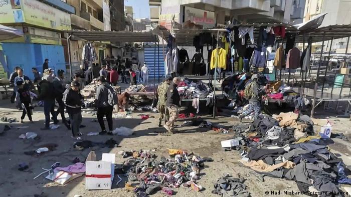 Fuerzas de seguridad inspeccionan el lugar de las explosiones.