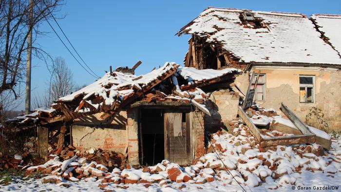 Blick auf ein vom Erdbeben in Kroatien am 28.12.2021 zerstörtes Haus in der Nähe des Epizentrums bei der Stadt Petrinja. Mehr als 35.000 Gebäude wurden durch das Beben unbewohnbar
