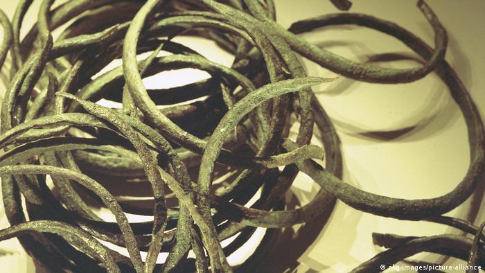 Circular bronze loop necklets