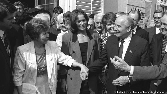Михаил и Раиса Горбачевы перед дворцом Бенрат, июнь 1989 года