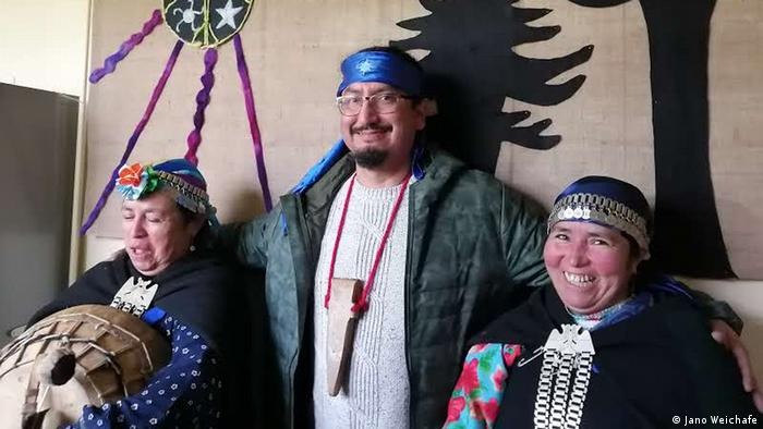 Jano Weichafe y dos mujeres mapuches, en Chile.