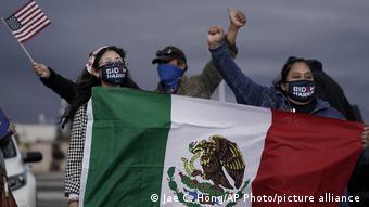 Des partisans de Joe Biden brandissent le drapeau mexicain