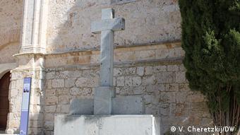 Поминальный крест в поселке Чинчон в честь священников, казненных в годы террора сторонниками Народного фронта
