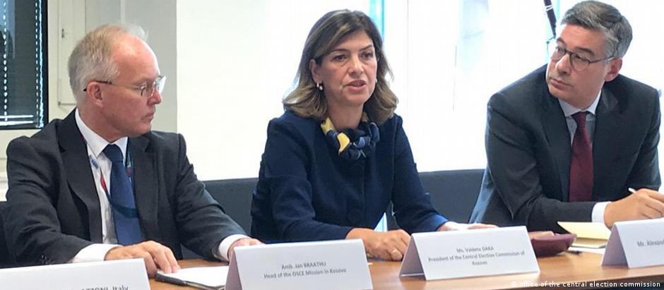 Valdete Daka mit dem Botschafter des QUINT-Landes im Kosovo und dem Direktor der Kosovo-Polizei