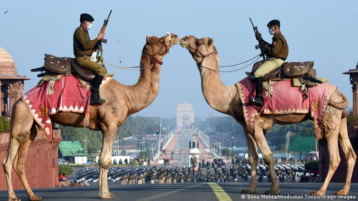 """Pripadnici specijalnih jedinica Indijske vojske BSF na kamilama stražare ispred sedišta vlade u Nju Delhiju. U toku je ceremonija """"Beating retreat"""" koja datira još iz vremena kada je Indija bila deo britanske imperije."""