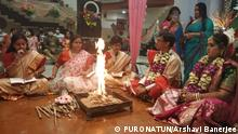 Marriage ceremony in Kolkata: Mou Dasgupta and Rohini Dharmapal are the priests organising the marriage. Topic: women hindu priests in India © PURONATUN/Arshavi Banerjee