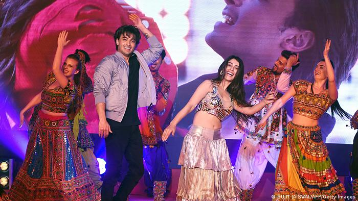 Promotion Film Loveyatri | women and men dancing