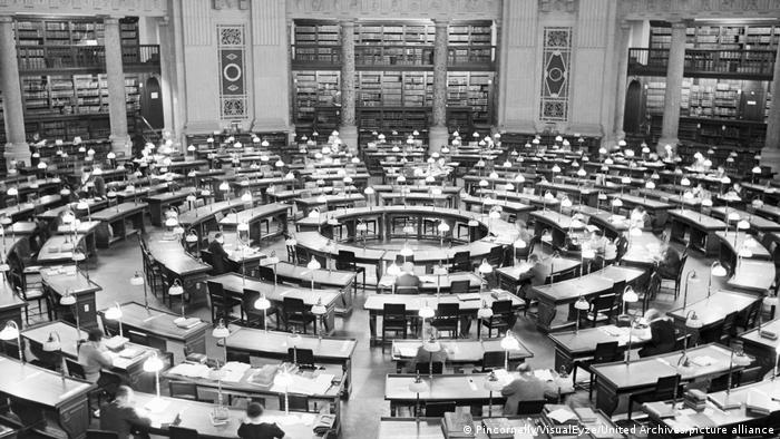 The reading room back in the 1930s, with tables arranged in rings