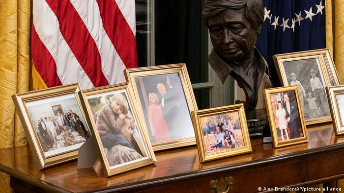 بایدن هنوز وسایل و مبلمان دفتر بیضی را تغییر نداده است، اما برخی عکسهای شخصی خود و خانوادهاش را در دفتر بیضی قرار داده است. مجسمهای که در روی این میز قرار دارد سردیسی از سزار چاوز است. سزار چاوز یکی از رهبران کارگری و فعال حقوق بشر در آمریکا بود.