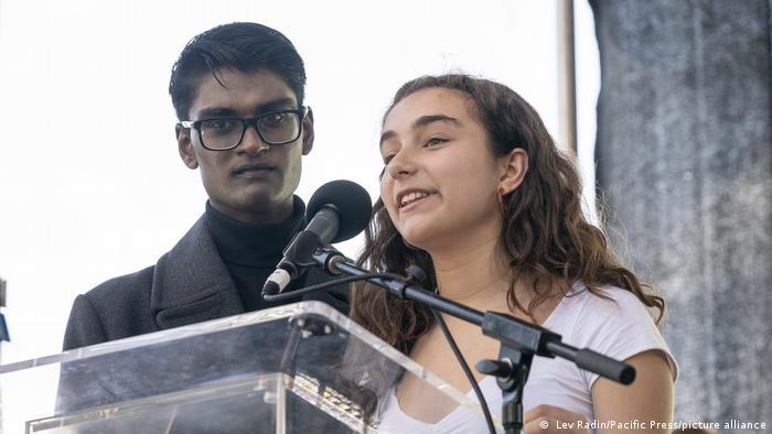 Die jungen jungen Klimaaktivisten Kevin J. Patel and Isabella Fallahi bei einer Rede