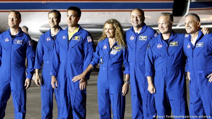 Julie Payette als Astronautin mit Kollegen 2009. Sie nahm auch an einer Mission zur Internationalen Raumstation ISS teil
