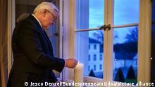 Deutschland Bundespräsident Steinmeier ruft dazu auf mit Kerzen der Corona-Opfer zu gedenken