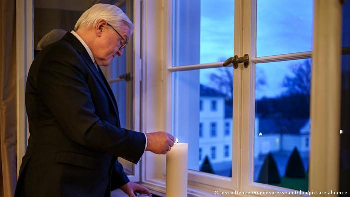 رئیس جمهوری آلمان، فرانک والتر اشتاین مایر اوایل ژانویه سال جاری خواستار همدردی گسترده شهروندان این کشور با بازماندگان قربانیان پادنمی کووید۱۹ شد و از آنها خواست، در این رابطه شمعی در پنجره خانه خود روشن کنند. این آکسیون با هشتگ#Lichtfenster در شبکههای اجتماعی بازتاب بهنسبت گستردهای داشت.