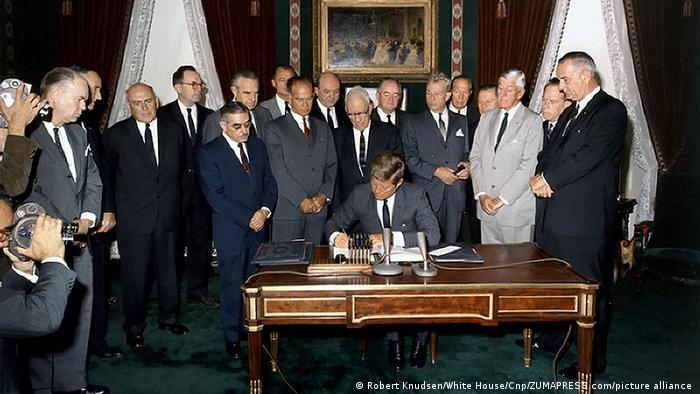 اتاق یا دفتر بیضی در گذشته شاهد اتفاقات مهمی در تاریخ آمریکا و جهان بوده است. میز کار در دفتر بیضی یکی از وسایلی است که کمتر از هر مبلمان دیگری در این اتاق تغییر یافته است. در این عکس جان اف کندی در سال ۱۹۶۳ قرارداد ممنوعیت آزمایش تسلیحات هستهای در دریا، هوا و فضا را امضا میکند.