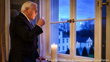 El presidente federal Frank-Walter Steinmeier enciende una vela en homenaje a las víctimas de la pandemia y lo seguirá haciendo cada día, según anunció.