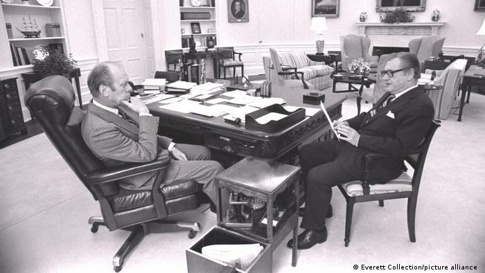 در اتاق بیضی در دوران زمامداری جرالد فورد، سی و هشتمین رئیس جمهور آمریکا، موکتی به رنگ سفید پهن شده بود. فورد فضایی راحت و دنج در این اتاق به وجود آورده و علاقه داشت که در این اتاق گفتوگوهای دوستانه را انجام دهد. در این عکس فورد با نلسون راکفلر، معاون خود سرگرم گفتوگو است. ماکت کشتی در قفسه دیواری در این عکس در دوران جیمی کارتر نیز زینتبخش اتاق بیضی بود.