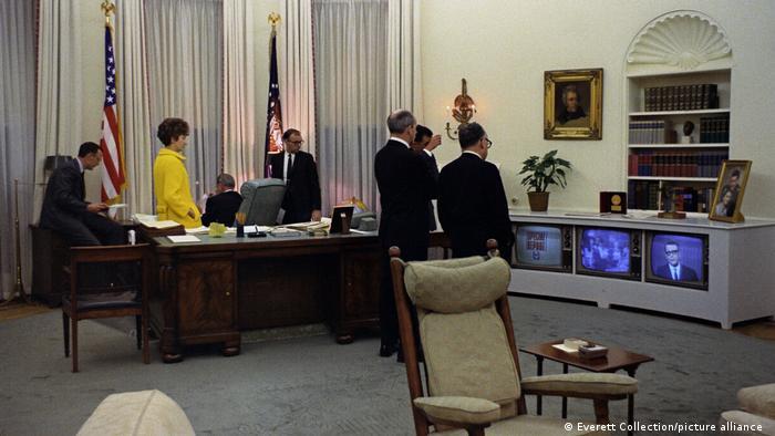 لیندون جانسون، سی و ششمین رئیسجمهور آمریکا، به رنگهای روشن علاقه داشت و مبلمان اتاق بیضی را متناسب با سلیقه خود تزیین کرد. در این عکس جانسون و همکارانش گزارشهای مربوط به کشتهشدن مارتین لوتر کینگ، رهبر جنبش ضدتبعیض نژادی در شهر ممفیس را دنبال میکنند. جانسون برای تعقیب اخبار و حوادث دستور داد که چند دستگاه تلویزیون در اتاق بیضی نصب شود.