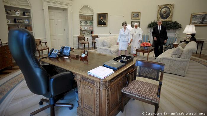 برای جرج دبلیو بوش، چهل و سومین رئیسجمهور آمریکا، صندلی چرمی پشت میز کار مهمترین مبلمان محسوب میشد. دیوار اتاق بیضی در این دوره رنگ کِرِم روشن داشت. مبلمان ساده انتخاب شده بود و یک صندلی برای گفتوگو با همکاران همیشه در کنار میز کار قرار داشت. بوش و همسرش، لورا در این اتاق از پاپ بندیکت شانزدهم استقبال کردند.