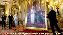 Stephen Harper meets Queen Elizabeth II. Prime Minister Stephen Harper (2nd left) stands with Queen Elizabeth as she unveils a portrait of herself in the White Drawing Room at Buckingham Palace, London. Picture date: Wednesday June 6, 2012. See PA story ROYAL Queen. Photo credit should read: Sean Kilpatrick/The Canadian Press/PA Wire URN:13740087 |
