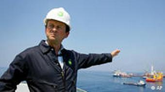 BP-Chef Tony Hayward auf einem Schiff in der Katastrophenregion (Foto: AP)