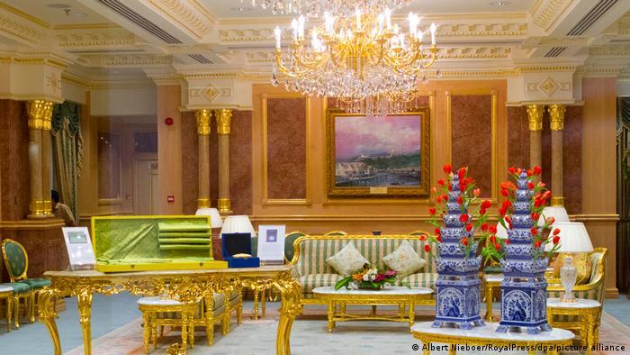 В столицата на Бруней се издига най-големият дворец в света: Истана Нурул Иман. Дворецът служи като жилище и работно място на султана на Бруней. Общо 1800 помещения са разположени на жилищна площ от 200 000 квадратни метра. Обитателите и гостите на двореца разполагат с 18 асансьора и 250 бани. А дворцовата джамия е увенчана от позлатен купол. Смята се, че дворецът е струвал малко по-евтино от Путиновия: само 1 милиард долара.