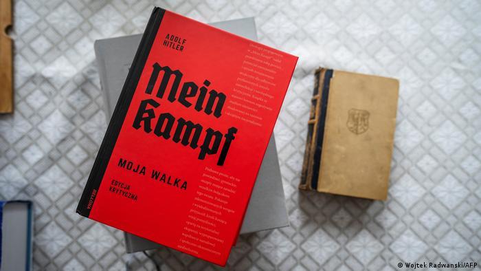 Die polnische wissenschaftliche Ausgabe von Adolf Hitlers Buch Mein Kampf (l.) neben einer Originalausgabe des Buches von 1942 (r.) auf dem Tisch von Eugeniusz Cezary Król, Autor der Übersetzung und des historischen Kommentars der akademischen Ausgabe, in seine Wohnung in Warschau am 15. Januar 2021.