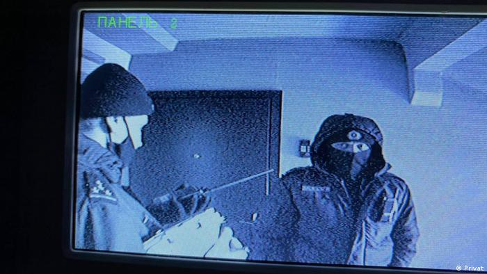 Сотрудники милиции в Новой Боровой, фото через камеры наблюдения