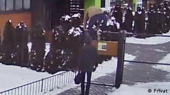 Силовики проникают в закрытый двор дома в Новой Боровой, январь 2021 года