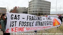 Mitglieder der Bewegung Fridays for Future protestieren vor dem Firmensitz des Kreuzfahrtunternehmens Aida gegen die Nutzung von Gas, auf einem Transparent steht Gas - Fracking - LNG ist fossile Strategie! & keine Brückentechnologie. Mit ihrer Aktion beteiligen sie sich an bundesweiten Protesten unter dem Motto Gas ist keine Brückentechnologie!.