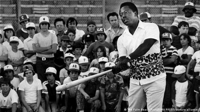 Hank Aaron gives batting tips