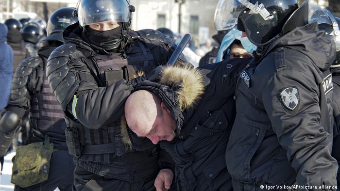 Омоновцы задерживают участника протеста