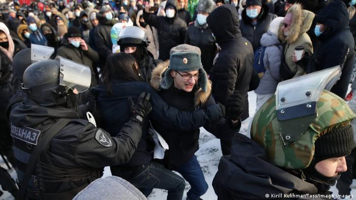 Задержание участника митинга в поддержку Навального в Новосибирске