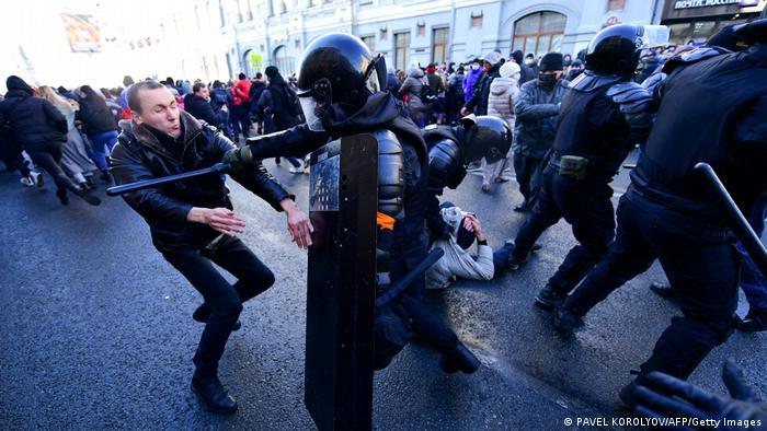 Vladivostok'taki gösteride de polis göstericilere müdahale etti