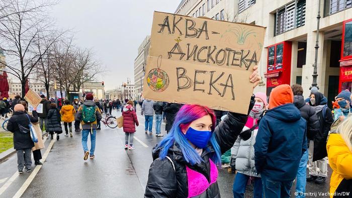 Участница берлинской акции с плакатом