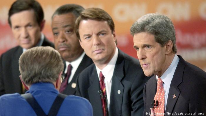جان کری در کنار سه سناتور دیگر، میهمان تاکشوی تلویزیونی لری کینگ در سال ۲۰۰۴