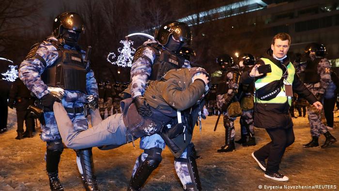 Задержание участника акции в поддержку Навального в Москве