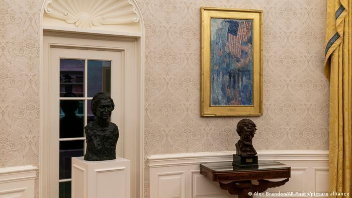 Eine Büste von Rosa Parks steht im Weißen Haus neben einer Büste von Abraham Lincoln.