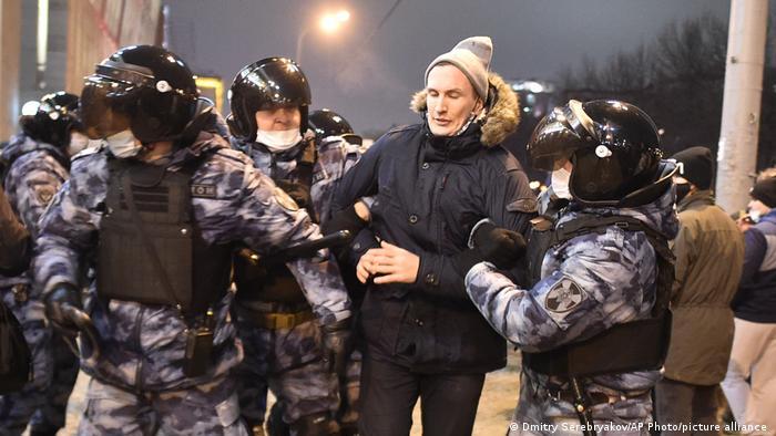 Задержание демонстранта в Москве