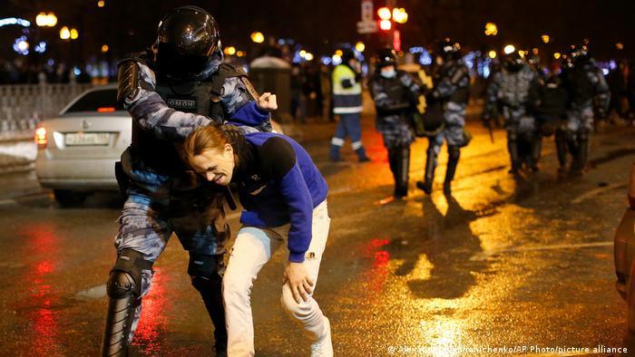 موسكو، اعتقال وحشي لمتظاهرين مطالبين بإطلاق سراح نافالني (23/1/2021)