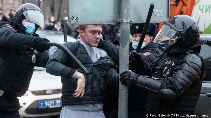 Задержание участника акции протеста в Москве 23 января