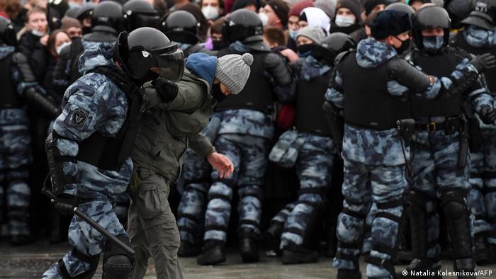 نیروهای امنیتی روسیه با تظاهرکنندگان با خشونت بسیار رفتار کردند و هزاران نفر را دستگیر کردند