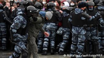 Задержание участника акции в поддержку Навального