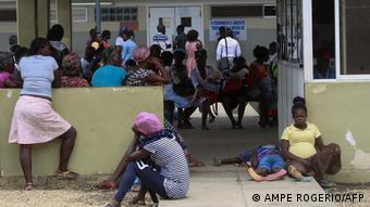 Angola Luanda Malaria-Patienten vor Krankenhaus