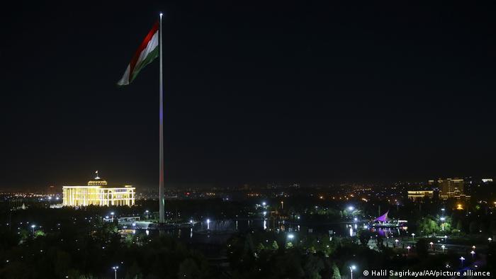 В Таджикистан също си имат Бял дом - това е официалната резиденция на президента на страната. Дворецът се издига в столицата Душанбе, а най-голямата му забележителност е гигантският пилон, на който се вее държавното знаме. Пилонът е висок цели 165 метра - втори по височина в цял свят.