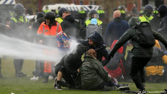 Polícia lança jatos de água contra manifestantes em Amsterdã