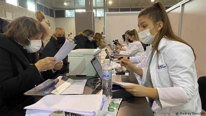 Pre nego što se vakcinišu, građani se registruju u centru za vakcinaciju